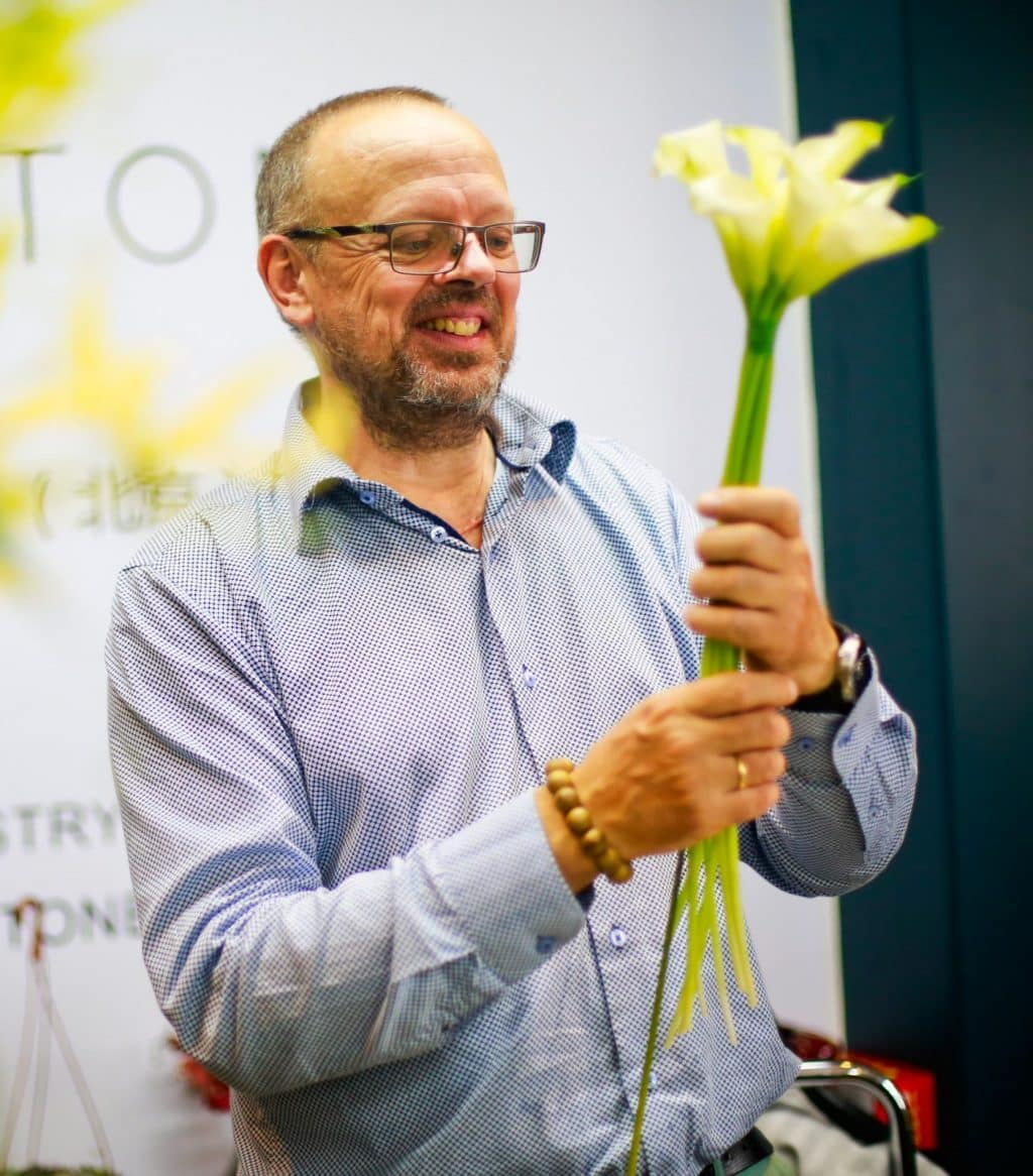 Stef teaching the students how to build a calla lilly scepter bouquet. In the EFDE program it is all about technical knowledge and how to apply it in floristry.